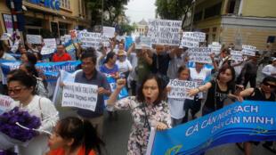 Bà Trần Thị Nga - bị Công An Việt Nam bắt giữ ngày 21/01/2017 - thường tham gia biểu tình chống Formosa gây ô nhiểm môi trường. Ảnh minh họa về cuộc biểu tình tại Hà Nội phản đối Formosa ngày 01/05/2016.
