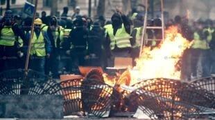 Cenas de guerrilha urbana em Paris com violência durante manifestações de 8 de dezembro