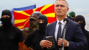 Tổng thư ký NATO Jens Stoltenberg thăm lực lượng đặc biết quân đội Macedonia tại  Skopje, ngày 6/09/2018.