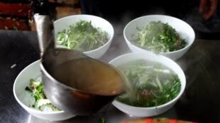 """Phở từ món """"quà sáng"""" đã trở thành món ăn nổi tiếng trong ẩm thực Việt."""