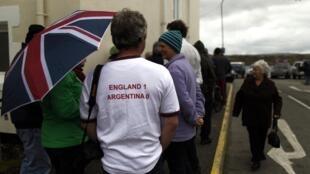 La camiseta de un habitante de las Falklands muestra la que segun los dirigentes es la opinión unánime entre los habitantes de las islas: Inglaterra 1 - Argentina 0