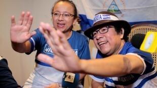 Les journalistes Pineda Ubau et Mora du journal «100% Noticias» célèbrent leur libération le mardi 11 juin.