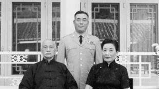 郝柏村早年与蒋中正夫妇合影资料图片