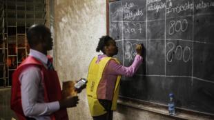Contagem dos votos num círculo eleitoral de Maputo, após o escrutínio de 15 Outubro de 2014.