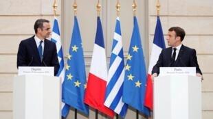 Tổng thống Pháp, Emmanuel Macron và thủ tướng Hy Lạp, Kyriakos Mitsotakis, trong buổi họp báo chung tại điện Elysée ngày 29/01/2020.