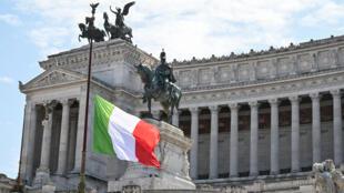 La bandera de Italia ondea a media asta en el Altar de la Patria de Roma en memoria de las víctimas del coronavirus el 31 de marzo de 2020