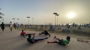 Face à la mer, les installations sportives de la corniche sont gratuites. Elles sont prises d'assaut malgré le pic de pollution, visible.