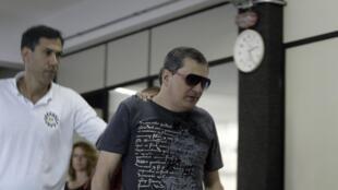 O empresário Mauro Hoffman, um dos sócios da boate Kiss, se entrega a polícia.