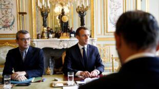 Presidente francês Emmanuel Macron (meio) em frente do primeiro-ministro Edouard Philippe numa reunião de crise no Eliseu a 2 de Dezembro de 2018.