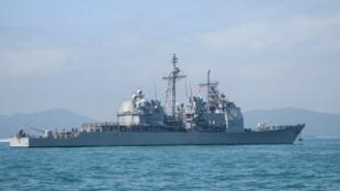 Tàu chiến Mỹ USS Chancellorsville (CG-62) đang vào cảng Hồng Kông, ngày 21/11/2018.
