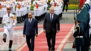 Thủ tướng Úc Scott Morrison (P) và thủ tướng Việt Nam Nguyễn Xuân Phúc duyệt đội quân danh dự, Hà Nội, Việt Nam, ngày 23/08/2019.