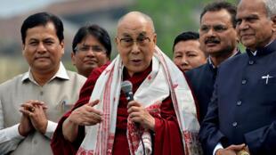 圖為達賴喇嘛2017年4 月2日訪問印度古瓦哈提雅魯藏布江舉行的納瑪米文化節並講話