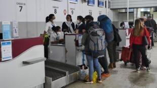 Enregistrement des passagers pour un vol Tana-Paris dans la nuit de vendredi 20 mars. Un avion de la compagnie Air France, arrivé vide de Paris, a rapatrié 200 personnes. Un autre rapatriement est également prévu lundi.