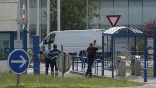 Fragmento de asa chega para análises em Toulouse, na França.
