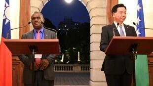 Ngoại trưởng Đài Loan Ngô Chiêu Tiếp - Joseph Wu (P) và đồng nhiệm Salomon Jeremiah Manele, trong cuộc họp báo tại Đài Bắc, 09/09/2019.