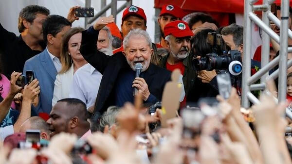 O ex-presidente Lula durante seu discurso na saída da prisão em Curitiba, nesta sexta-feira (8)