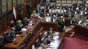 Yemeni President Ali Abdullah Saleh (3rd L) addresses the parliament in Sanaa 2 February 2 2011