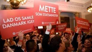 """Les sociaux-démocrates ont remporté mercredi des législatives marquées par une poussée """"verte"""" et l'effondrement des populistes anti-immigration. «Vous avez choisi une nouvelle majorité et un nouveau cap», a lancé Mette Frederiksen."""