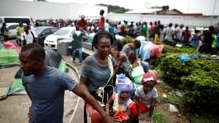 Migrantes aguardam para  entrar no centro Siglo XXI  em Tapachula, no México. Maio de  2019