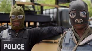 Policiais da Nigéria em Maiduguri na região deBorno, na Nigeria, durante uma operação contra o grupo Boko Haram em junho de 2013.