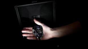 Un employé de Louis Vuitton présente le diamant «Sewelo», le deuxième plus gros diamant du monde, lors d'une avant-première à Paris, en France, le 21 janvier 2020.
