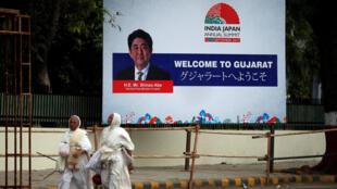 Bảng quảng cáo với hình thủ tướng Nhật Bản Shinzo Abe tại Ahmedabad, Ấn Độ, ngày 11/09/2017.