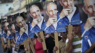 Người dân Cuba tại Las Tunas mang chân dung Fidel Castro chờ đón đoàn xe tang mang tro cốt lãnh tụ. Ảnh chụp ngày 02/12/2016.