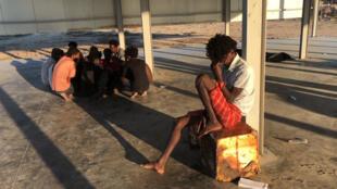 Des migrants qui ont pu être secourus par des pêcheurs après le naufrage de leur bateau au large de la ville libyenne de Khoms, Libye, 25 juillet 2019