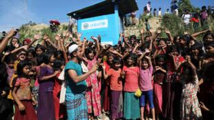 Centenas de rohingyas, inclusive crianças, protestam contra repatriamento na Birmânia, no campo de Unchiprang, em Bangladesh, em 15 de novembro de 2018.