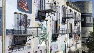 Fachada da Sucrerie, espaço emblemático da Bienal de Lyon, pintada pelo artista brasileiro Paulo Pjota.