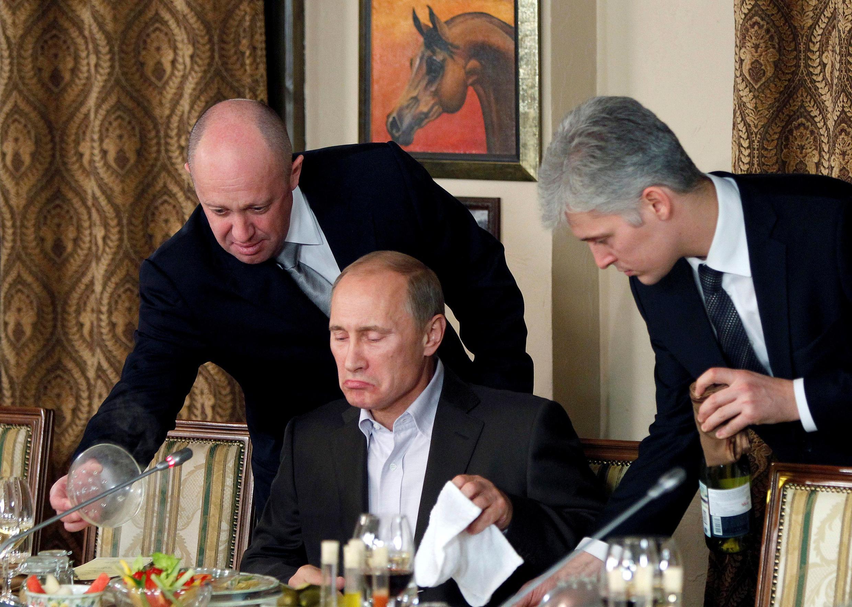 """Владимир Путин и его """"повар"""" Евгений Пригожин в подмосковном ресторане """"Белая лошадь"""" 11 ноября 2011."""
