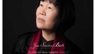 Nghệ sĩ dương cầm Chu Tiểu Mai (Zhu Xiao Mei), bìa album Jean-Sebastian Bach.