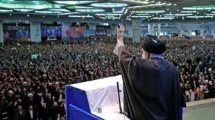 O aitolá Ali Khamanei, guia supremo do Irã, durante discurso nesta sexta-feira (17).