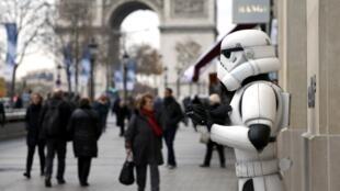 Saiu este dia 16 de dezembro em Paris, o último episódio da série Star Wars,  o Despertar da força, aqui na foto um dos  personagens do filme numa estratégide marketing nos Campos Elíseos.