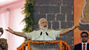 Премьер-министр Индии произносит речь на церемонии закладывания первого камня в основание статуи Чатрапати Шиваджи, которая должна стать самой высокой в мире, Мумбаи, 24 декабря 2016 г.