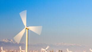 Champ d'éoliennes dans le désert de Gobi en Chine.