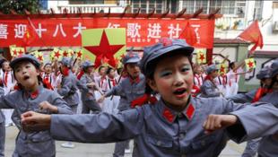 Les élèves de primaire de Huabei dans la province de l'Anhui (centre) entonnent des chants rouges pour accueillir les festivités.