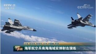 Không quân Trung Quốc luyện tập bắn đạn thật ở Biển Đông. Ảnh do báo Japan Times chụp lại trên truyền hình Trung Quốc ngày 29/09/2018.
