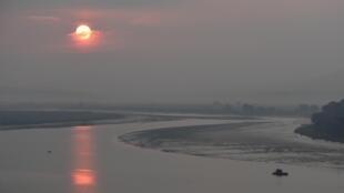 Vue du fleuve Yalou, qui sépare Dandong en Chine de la Corée du Nord.