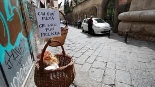 « Que celui qui ne peut le remplir se serve», une initiative solidaire à Naples.
