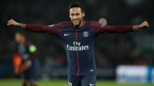Le Parisien Neymar détient le record du transfert le plus cher de l'histoire.
