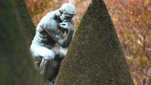 """""""Người suy tư"""" trong khuôn viên Bảo tàng Rodin tại Paris, Pháp"""