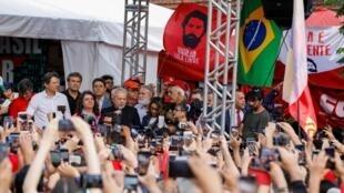 L'ancien président brésilien Lula da Silva, le 8 novembre 2019 après sa sortie de prison, à Curitiba.