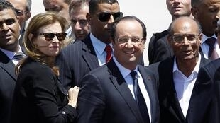 French President Francois Hollande (C) and his Tunisian counterpart President Moncef Marzouki (R)