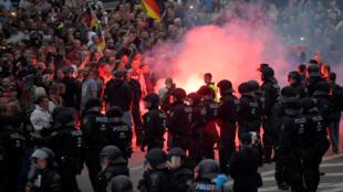 Des policiers anti-émeutes font face à des manifestants d'extrême droite à Chemnitz, le 27 août.