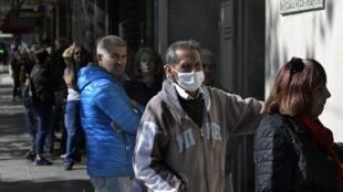 Beaucoup de personnes âgées se pressaient dans les files d'attente à l'entrée des banques vendredi 3 avril pour récupérer leur pension de retraite, comme ici à Buenos Aires.