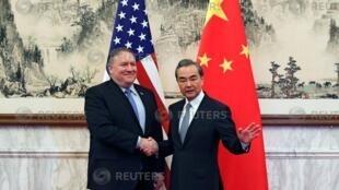 Ngoại trưởng Mỹ Mike Pompoe (T) và đồng nhiệm Trung Quốc Vương Nghị (Wang Yi), Bắc Kinh, ngày 08/10/2018.
