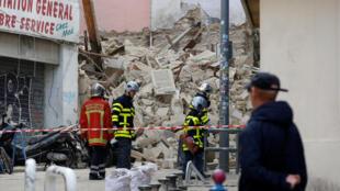 Bombeiros franceses trabalham para encontrar vítimas sob os escombros de 3 prédios que desabaram no centro de Marselha, 6/11/2018