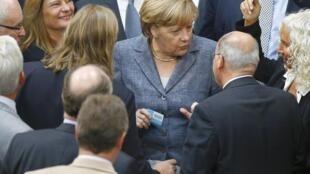 Angela Merkel entourée des députés allemands au Bundestag de Berlin, le 19 août 2015.
