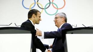 Presidente do Comitê Olímpico Internacional (COI), Thomas Bach (dir.) dá as boas vindas ao presidente francês Emmanuel Macron em 10 de julho de 2017